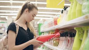 Herramientas que cultivan un huerto de las compras femeninas del cliente almacen de video