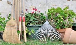 Herramientas que cultivan un huerto en jardín Fotografía de archivo