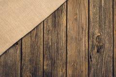 Herramientas que cultivan un huerto y accesorios en fondo de madera Visión superior Fotos de archivo