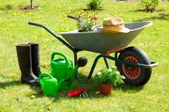 Herramientas que cultivan un huerto y un sombrero de paja Imágenes de archivo libres de regalías