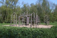 Herramientas que juegan de madera en patio en el parque Hitland en la guarida aan IJssel de Nieuwerkerk Fotos de archivo libres de regalías