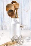 Herramientas retras de los utensilios de la cocina en la tabla de madera vieja en estilo rústico Imagen de archivo libre de regalías