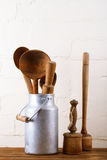 Herramientas retras de los utensilios de la cocina en la tabla de madera vieja en estilo rústico Fotografía de archivo libre de regalías