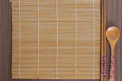 Herramientas rosadas del sushi sobre la madera Imagen de archivo