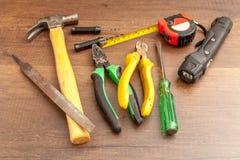 Herramientas sucias del técnico en fondo de madera Imágenes de archivo libres de regalías