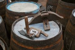 Herramientas tradicionales de la tonelería Imágenes de archivo libres de regalías