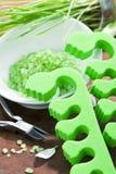 Herramientas verdes de la sal de baño y de la pedicura Fotografía de archivo
