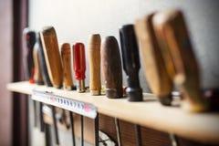 Herramientas viejas de la carpintería en la pared Fotos de archivo libres de regalías