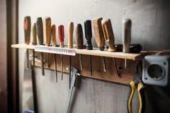 Herramientas viejas de la carpintería en la pared Foto de archivo libre de regalías