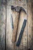Herramientas viejas de la construcción en una tabla de madera Imagenes de archivo