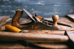 Herramientas viejas de la mano del vintage en fondo de madera Lugar de trabajo del carpintero Foto de archivo