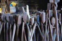 Herramientas viejas del metal en la fragua fotos de archivo