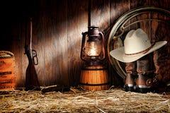 Herramientas viejas del Ranching del rodeo del oeste americano en un granero Imagen de archivo