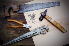 Herramientas viejas del vintage del carpintero en la tabla de madera Fotografía de archivo