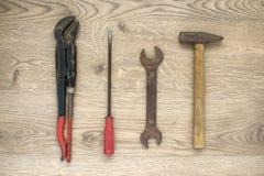 Herramientas viejas en fondo de madera Imagen de archivo libre de regalías