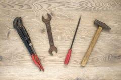 Herramientas viejas en fondo de madera Foto de archivo libre de regalías