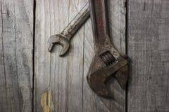 Herramientas viejas en la madera vieja Imagen de archivo libre de regalías
