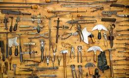 Herramientas viejas en la pared Foto de archivo libre de regalías