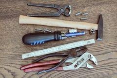 Herramientas viejas en la tabla de madera Fotografía de archivo