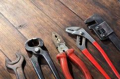 Herramientas viejas en un de madera Fotos de archivo