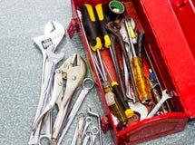 Herramientas viejas y caja de herramientas roja Fotos de archivo libres de regalías