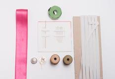 Herramientas y accesorios de costura imagenes de archivo