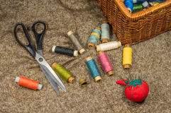 Herramientas y accesorios de costura en fondo de la tela Imagen de archivo libre de regalías