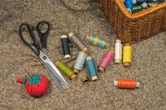 Herramientas y accesorios de costura en fondo de la tela Fotos de archivo libres de regalías