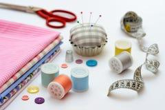 Herramientas y accesorios de costura en la tabla Fotografía de archivo