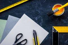 Herramientas y accesorios del adornamiento y de la renovación de la casa en la opinión superior del fondo de piedra negro de la t Fotos de archivo libres de regalías