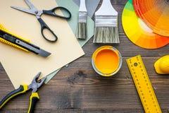 Herramientas y accesorios del adornamiento y de la renovación de la casa en copyspace de madera de la opinión superior del fondo  Fotografía de archivo libre de regalías