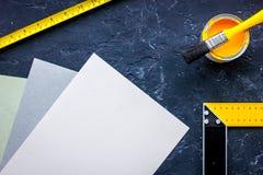 Herramientas y accesorios del adornamiento y de la renovación de la casa en maqueta de piedra negra de la opinión superior del fo Imágenes de archivo libres de regalías