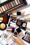 Herramientas y accesorios del maquillaje Sombreadores de ojos de la frente, fundación de la piel del naturel para la cara limpia  Fotos de archivo