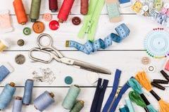 Herramientas y accesorios para coser en fondo de madera Fotos de archivo