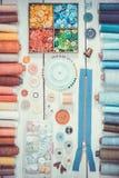 Herramientas y accesorios para coser en fondo de madera ligero Foto de archivo