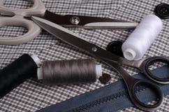 Herramientas y accesorios para coser Hilo de coser, tijeras, butto foto de archivo