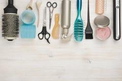 Herramientas y accesorios profesionales de la peluquería con el copyspace en la parte inferior Foto de archivo