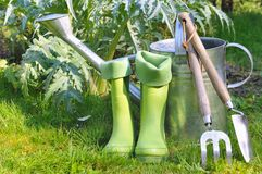 Herramientas y botas para cultivar un huerto Imágenes de archivo libres de regalías