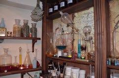 Herramientas y botellas mineras del laboratorio del vintage, frascos y frascos encendido imagen de archivo