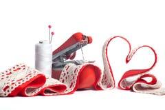 Herramientas y corazón de costura para el día de tarjeta del día de San Valentín Imagenes de archivo