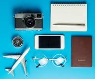 Herramientas y documentos del viajero flatlay en azul Fotos de archivo