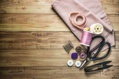 Herramientas y equipo de costura de costura en fondo de madera Foto de archivo