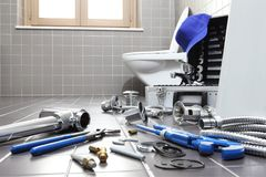 Herramientas y equipo del fontanero en un cuarto de baño, sondeando servi de la reparación Fotografía de archivo libre de regalías