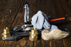 Herramientas y materiales para la reparación del abastecimiento de agua Foto de archivo