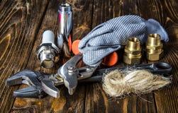Herramientas y materiales para la reparación del abastecimiento de agua Fotos de archivo