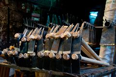 Herramientas y objetos de hierro en la parada del mercado imagen de archivo