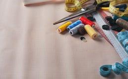 Herramientas y primer de costura de los accesorios Fotografía de archivo libre de regalías