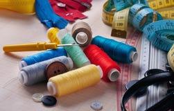 Herramientas y primer de costura de los accesorios Fotos de archivo libres de regalías