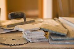 Herramientas y trabajo del azulejo Fotografía de archivo libre de regalías