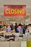 Herre för New York City detaljhandelvaruhus och Taylor Closing Out av shopping för folk för affärslikvideringmeddelande royaltyfria bilder